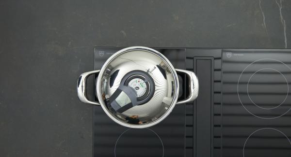 """Encender el fuego a temperatura máxima, calentar la olla hasta la ventana de """"zanahoria"""", bajar temperatura y cocinar 2 minutos con el Avisador. Dejar enfriar las espinacas y escurrir en un colador."""