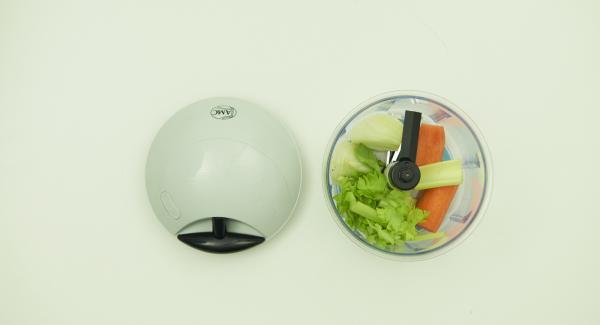 Limpiar y picar las verduras en QuickCut y poner en una olla.