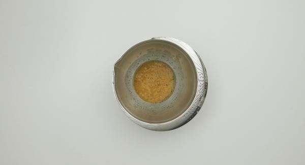 Mezclar el vinagre, el aceite, la pimienta, la mostaza y el caldo de carne.