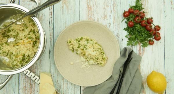 Añadir el parmesano y el aceite de oliva. Sazonar al gusto y servir.