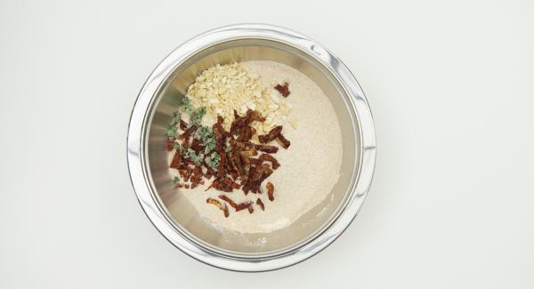 Incorporar a la masa los anacardos, los tomates secos y el orégano seco. Cubrir y dejar reposar hasta que el volumen haya aumentado significativamente.