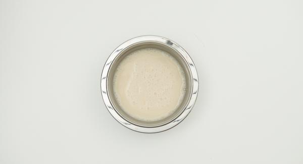 Para la masa, mezclar la levadura desmenuzada con agua tibia y una cucharada de harina. Tapar y dejar reposar en un lugar cálido hasta que el volumen se haya duplicado aproximadamente.