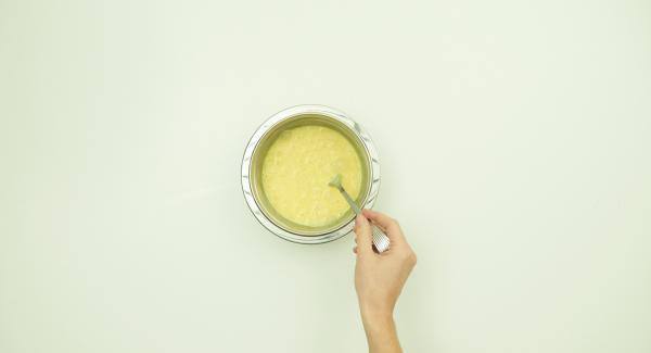 Batir los huevos, la nata, la sal y la pimienta.