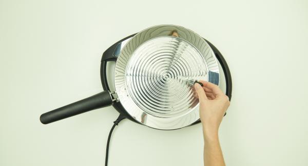 Ajustar el Navigenio a temperatura máxima nivel 6 y calentar la oPan XL hasta alcanzar temperatura para freír.