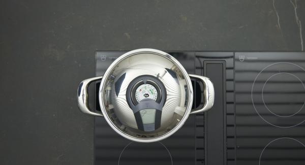 """Introducir el agua en una olla, colocarla en el fuego a temperatura máxima y tapar. Encender el Avisador (Audiotherm), colocarlo en el pomo (Visiotherm) y girar hasta que se muestre el símbolo de """"chuleta""""."""