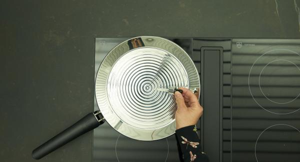 Calentar la oPan XL a máxima temperatura hasta que se alcance la temperatura para freír.