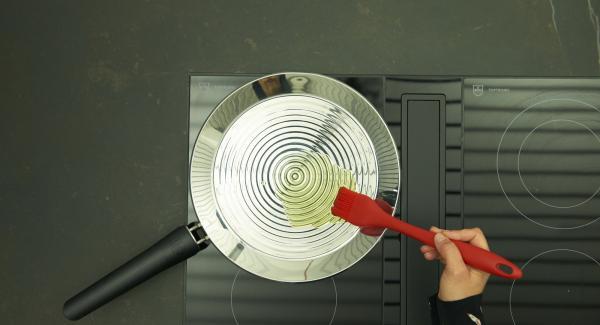 Bajar temperatura y añadir el aceite.