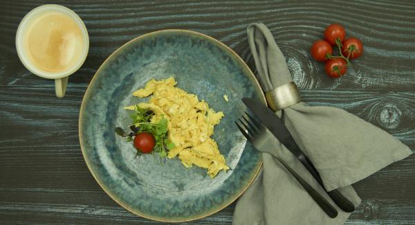 Verter la mezcla de huevo en la olla y freír revolviendo poco a poco y servir.