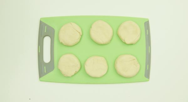 Dividir la masa en 6 porciones y extenderla finamente.