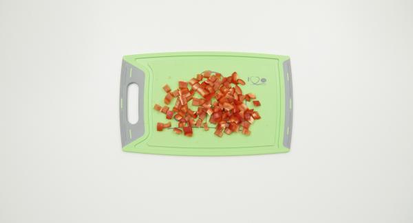Limpiar el pimiento y cortarlo en dado pequeños. En una olla incorporar el caldo de verduras, los dados de jamón, las espinacas congeladas y la pasta.