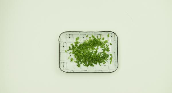 Sazonar los huevos con sal, pimienta y batir con un tenedor. Limpiar las verduras y cortarlas finamente en Quick Cut. Cortar el cebollino en aros finos.