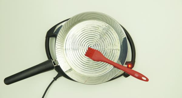 Bajar temperatura nivel 3, añadir el aceite y distribuir uniformemente en la oPan XL.