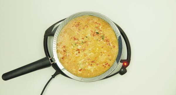 Colocar las verduras en la oPan XL y saltear brevemente. Añadir la mezcla de huevo y freír hasta que la mezcla esté espesa. Espolvorear el cebollino y servir.