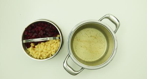 Incorporar en la Softiera la remolacha y las patatas. En una olla, verter el caldo de verduras y 3 cucharadas del caldo de los pepinillos escurridos. Colocar la Softiera en la olla y colocar la Tapa Rápida y cerrar.