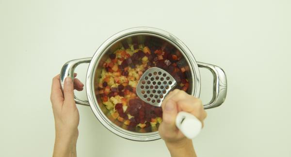 Dejar despresurizar. Aplastar ligeramente las patatas y la remolacha, sazonar con sal y pimienta.