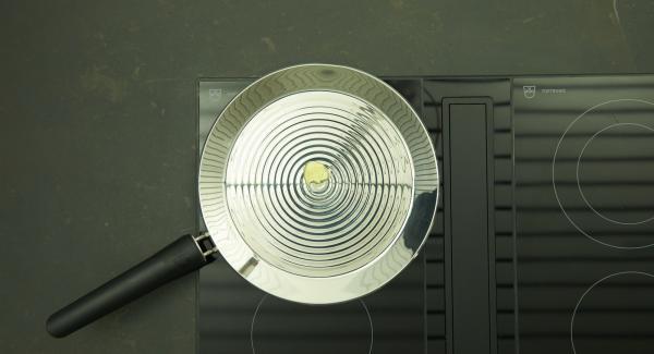 Calentar oPan XL a máxima temperatura hasta alcanzar la temperatura ideal para freír. Bajar temperatura, añadir la mantequilla y distribuir uniformemente en la oPan XL.