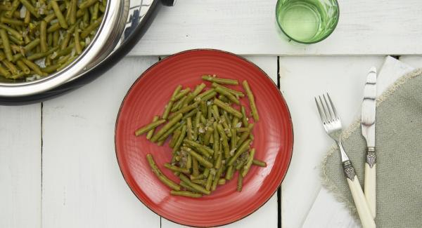 Aumentar el tiempo de cocción al gusto, sazonar con sal y pimienta y servir.