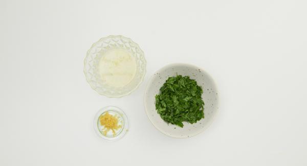 Desplumar las hojas de perejil y picarlas finamente. Lavar el limón, rallar la piel y exprimir el jugo. Mezclar el perejil picado, la mitad de la piel del limón y la crema.