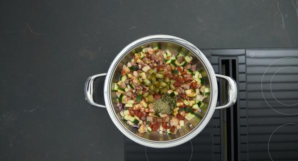 """Agregar los pepinillos, el tomillo y las alcaparras. Colocar la olla en el fuego a temperatura máxima. Encender el Avisador, introducir 10 minutos de tiempo de cocción. Colocarlo en el pomo y girar hasta que se muestre el símbolo de """"zanahoria""""."""
