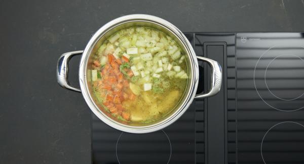 Poner en una olla los guisantes escurridos y enjuagados, las verduras, las patatas, la cebolla y las hojas de orégano. Agregar el caldo, colocar la Tapa Rápida 24 cm y cerrar.