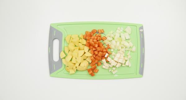 Pelar y cortar las patatas, el apio, las zanahorias y la cebolla.