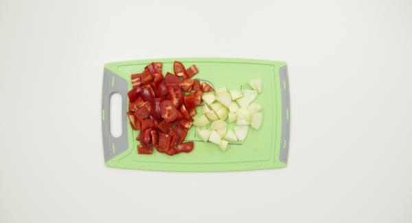 Pelar y picar las cebollas, limpiar los pimientos y cortarlos en dados. Cortar el gulash en dados pequeños.