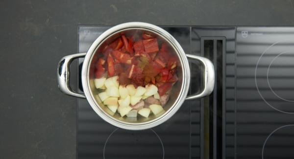 Añadir la cebolla, las verduras, el tomate y el pimentón en polvo. Sazonar con sal, pimienta y comino. Tapar con la Tapa Rápida.