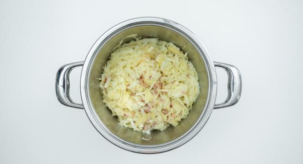 Al finalizar el tiempo de cocción, añadir el vinagre y sazonar al gusto con sal, pimienta, azúcar y semillas de comino.
