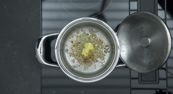 Agregar la mantequilla y derretir. Verter la Marsala y cocer a fuego lento durante unos minutos.