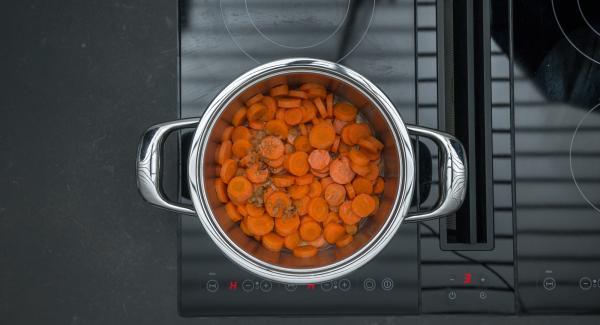 Mezclar la salsa de marsala con las zanahorias y sazonar.