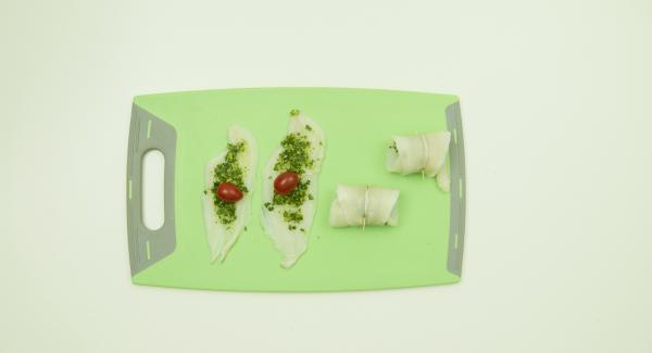 Extender un poco de pesto sobre los filetes de pescado, incorporar un tomate cherry, enrollarlos y fijar con un palillo. Colocar la mitad de los rollos de pescado en una Softiera y la otra mitad en un accesorio súper-vapor.
