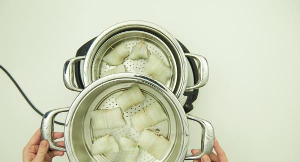 Llenar la olla con agua (aprox. 100 ml) y colocarla en Navigenio. Encima de la olla, insertar la Softiera y sobre esta, colocar el accesorio súper-vapor. Tapar con la Tapa Super Vapor 24cm.