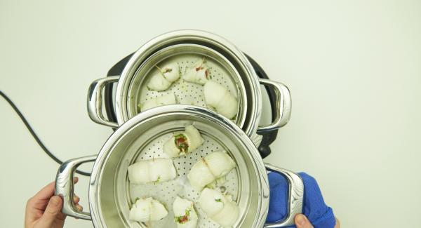 Al finalizar el tiempo de cocción, retirar la Softiera y el accesorio súper-vapor. Servir los rollos de pescado con el pesto restante.