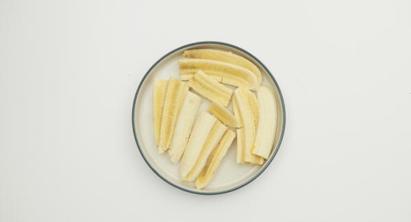 Cortar los plátanos a rebanadas por el lado largo.