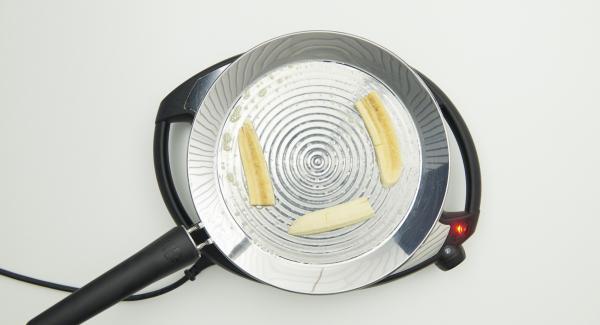 Freír 3 rebanadas de plátano durante aproximadamente 1 minuto por cada lado, añadir 1 cucharadita de miel sobre cada rebanada de plátano. Añadir un poco de masa por encima de la rebanada de plátano, de manera que quede el plátano en el centro y masa a cada lado.