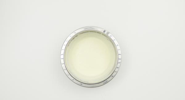 Separar los huevos, batir las claras de huevo a punto de nieve. Montar la nata. Batir el azúcar restante con la yema de huevo hasta obtener una mezcla espumosa de color amarillo claro. Incorporar cuidadosamente a la mezcla de la yema de huevo: el mascarpone, la nata montada y las claras a punto de nieve.