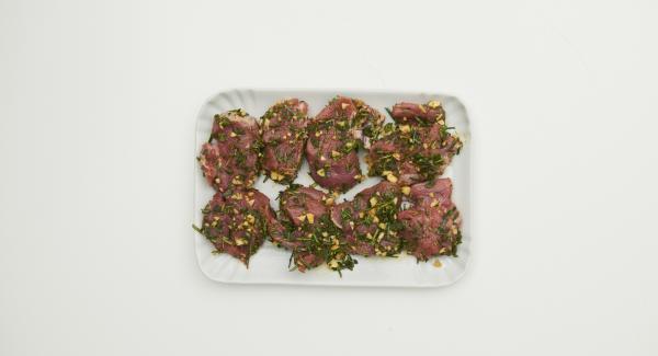 Para marinar el solomillo de cerdo, picar las hierbas y el ajo finamente. Mezclar con pimienta, pimentón en polvo y aceite, untar la mezcla en el solomillo de cerdo. Tapar y refrigerar durante 2 horas.