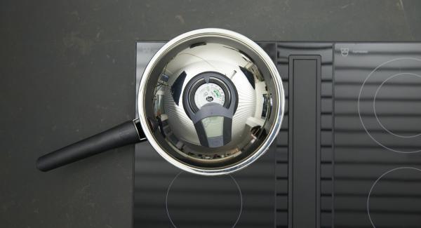 """Pelar la cebolla y cortarla en dados finos. Colocar la HotPan en el fuego a temperatura máxima. Encender el Avisador (Audiotherm), colocarlo en el pomo (Visiotherm) y girar hasta que se muestre el símbolo de """"chuleta""""."""