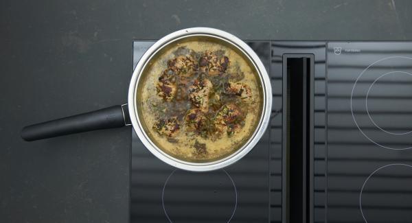 Añadir la harina de maíz, la carne y dejar cocer a fuego lento durante unos minutos y apagar el fuego.
