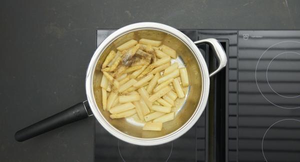 """Colocar la HotPan en en el fuego a temperatura máxima. Encender el Avisador, colocarlo en el pomo y girar hasta que se muestre el símbolo de """"chuleta"""".Cuando el Avisador emita un pitido al llegar a la ventana de """"chuleta"""", bajar la temperatura e incorporar los espárragos troceados, añadir aceite y sazonar. Freír y remover brevemente. Retirar del fuego y añadir los espárragos con el resto de ingredientes."""