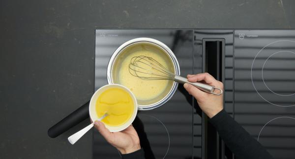 Incorporar las yemas de huevo y batir. Cocer a fuego lento y añadir poco a poco la mantequilla derretida.