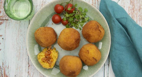 Servir con un poco de ensalada y salsa para acompañar las bolas de arroz.