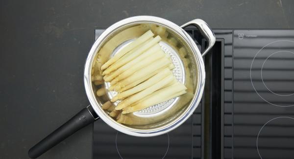 Al finalizar la cocción, retirar los espárragos, dejarlos enfriar un poco y cortar.