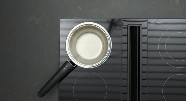 Añadir el vinagre balsámico, el agua, el vino y los granos de pimienta a una GourmetLine o Sauteuse, reducir a la mitad. Dejar enfriar y retirar los granos de pimienta.
