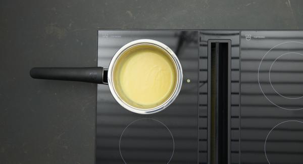 Continuar batiendo la salsa vigorosamente hasta que se obtenga una salsa cremosa de color amarillo claro. Sin embargo, la salsa no debe comenzar a hervir. Sazonar con sal, pimienta y zumo de limón.