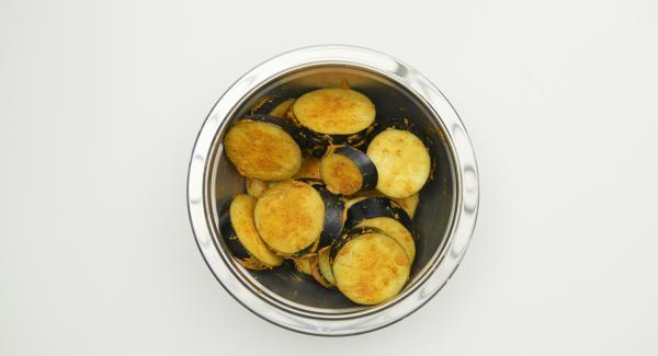Incorporar la mezcla de especias y harina a las berenjenas cortadas, dejar marinar durante unos 15 minutos.