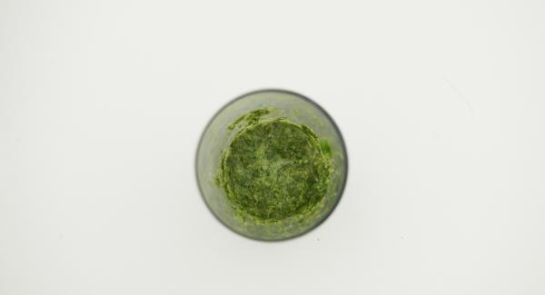 Para el aliño, pelar el jengibre y cortarlo en trozos pequeños. Mezclar el  comino, el zumo de limón, sazonar con sal. y remover hasta obtener una salsa.
