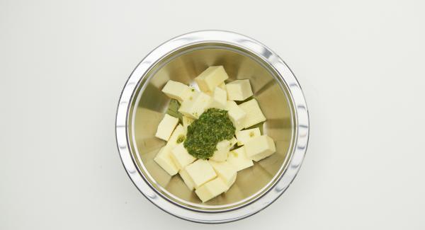 Cortar el tofu en dados, mezclar con la salsa de especias y marinar durante unos 30 minutos.