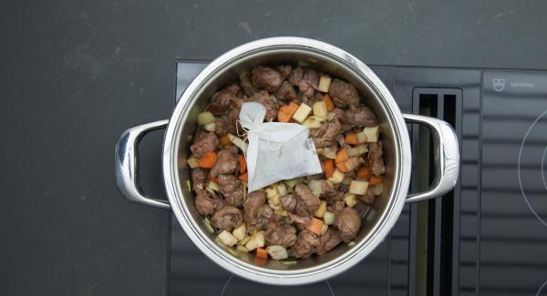 En una bolsita de especias o una bolsita de té rellenar con bayas de enebro, pimienta en grano y laurel y añadir al ragú.