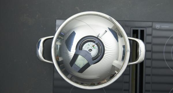 """Colocar la olla en el fuego a temperatura máxima. Encender el Avisador, introducir 75 minutos de tiempo de cocción. Colocarlo en el pomo y girar hasta que se muestre el símbolo de """"zanahoria"""". Cuando el Avisador emita un pitido al llegar a la ventana """"zanahoria"""", bajar temperatura y asar hasta el final."""